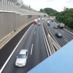 Schwebebahn an Schallschutzwand über der A46
