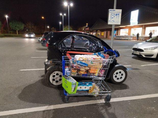 Einkaufswagen, Twizy, ALDI-Parkplatz