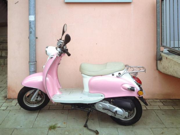 abgestellter_rosa_motorroller