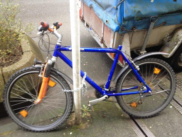 angekettetes_fahrrad_ohne_sattel