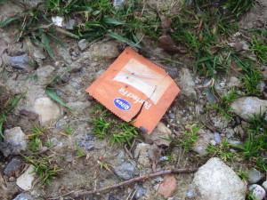 aufgerissene_kondom_packung_ritex_perfect_fit_auf_feldweg
