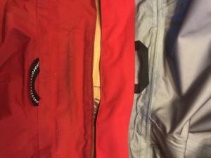 Aufhänge-Ösen einer Gor-Tex-Jacke