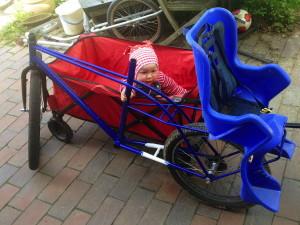 baby_haelt_fahrradrahmen