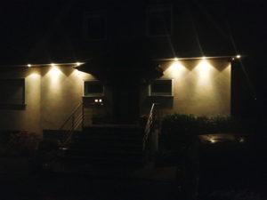 Hausfassade mit Beleuchtungselementen