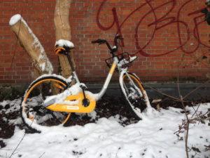 Fahrrad (O-Bike) beschädigt an Hauswand