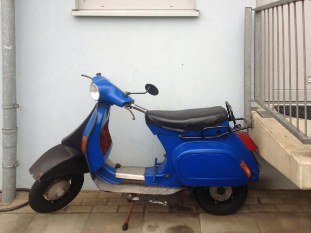 blaue_vespa_abgestellter_motorroller