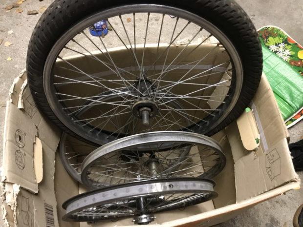 BMX-Hinterraeder stecken in einer Karton