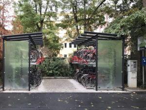 Fahrradparken in überdachten Ständern