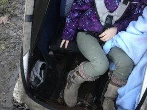 Langbeiniges Kind in Kinderanhänger