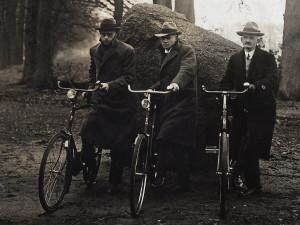 drei_radfahrer_nebeneinander_posing_1924