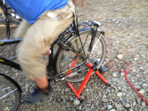 Aufgebocktes Hinterrad mit Generator