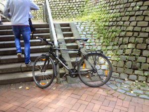 Fahrrad angeschlossen an Handlauf