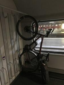 Fahrrad hängt im Zug