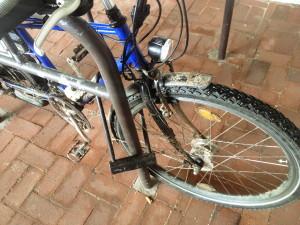 fahrrad_im_staender_abgeschlossen