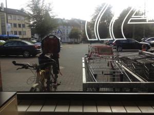 fahrrad_mit_kindersitz_durch_aldi_schaufenster