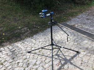 Vierbeiniger Fahrrad.Montage-Ständer auf gepflastertetem Platz