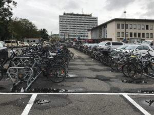 Fahrradstellplatz vor dem Hauptbahnhof in Würzburg