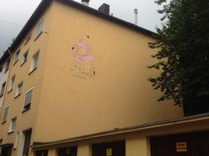 Hauswand mit Flamingo-Wandbild