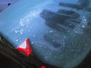 Autowindschutzscheibe mit gefrorenem Reif