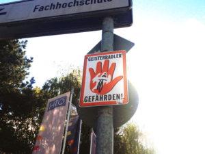 geisterradler-gefaehrden-schild_regensburg_radweg-hinweis