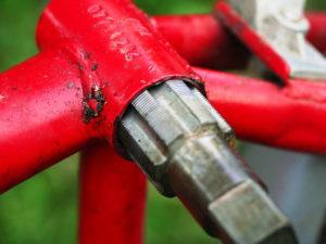 Innenlagergewindeschneider im Innenlagergehäuse eines Fahrradrahmens