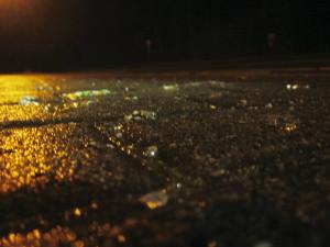 Glassplitter auf feuchtem Verbundpflaster