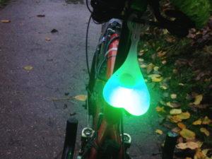 gruen-leuchtende_hoden_am_fahrrad