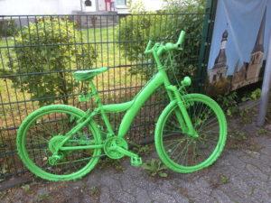 Grünes Fahrrad mit Anhängerkupplung
