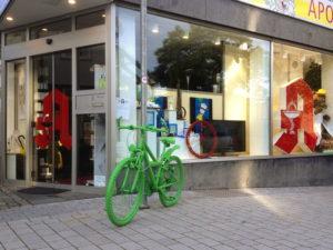 Grünes Fahrrad in der Fußgängerzone Mettmann