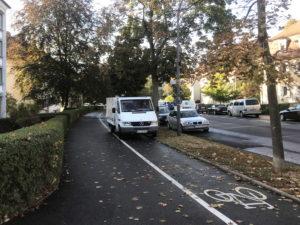 Lieferwagen auf Radweg