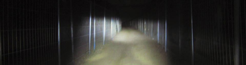 40 Lumen erhellen einen Weg zwischen Bauzäunen