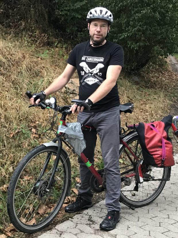 Stehender Radfahrer