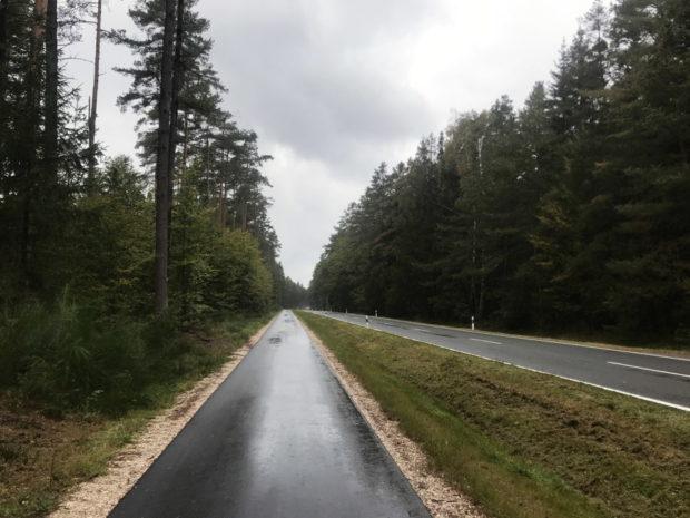 Landstraße mit explizitem Fahrradweg