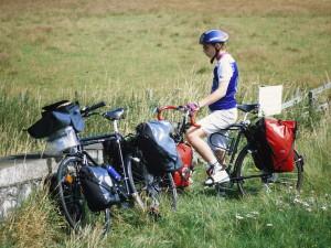 juveniler_radfahrer_radtour_packtaschen
