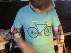 kind_in_fahrrad_t_shirt