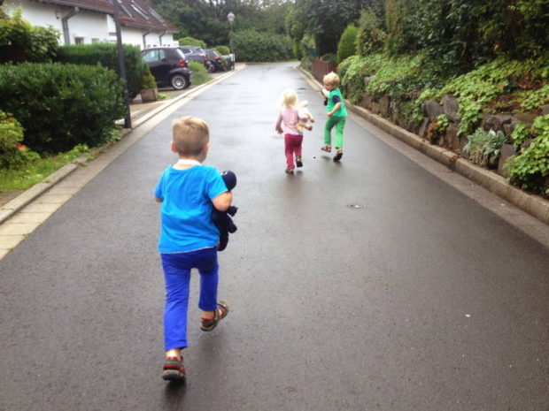 Kinder rennen auf Fahrbahn