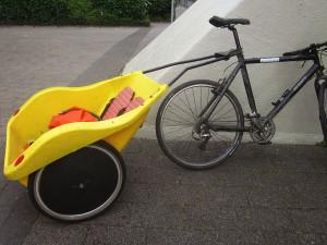 kinderanhaenger_rueckwaerts_sattelstange_gelb_hartplastikschale_fahrrad