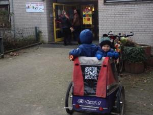kinderanhaenger_vor_kindergarten_bringzeit