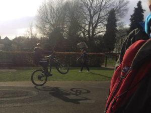 Wheelie mit einem Mountainbike