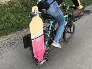 Longboard an Fahrrad appliziert