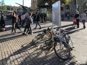 Fahrräder liegen um Hinweistafel
