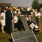 menschenmenge_um_sonne_tankende_solarmobil