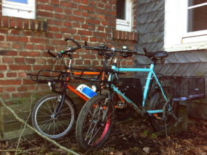 Bergische Schieferwand mit davor platzierten Fahrrädern