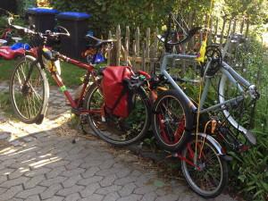 mit_einem_fahrrad_ein_fahrrad_transportieren