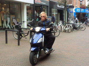 mofafahrer_ohne_helm_fussgaengerzone_nordwijk