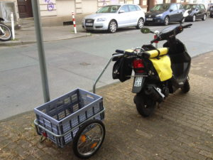 motorroller_mit_anhanger_und_gepaecktaschen