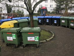 Müllcontainer die im Kreis stehen