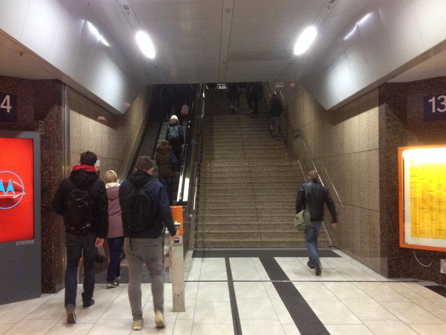 Unterschiedliche Rolltreppen- und Treppennutzung