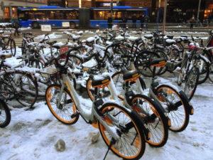 3 hübsch aufgereihte O-Bikes mit Schnee
