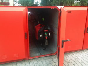 Geöffnete Fahrradbox